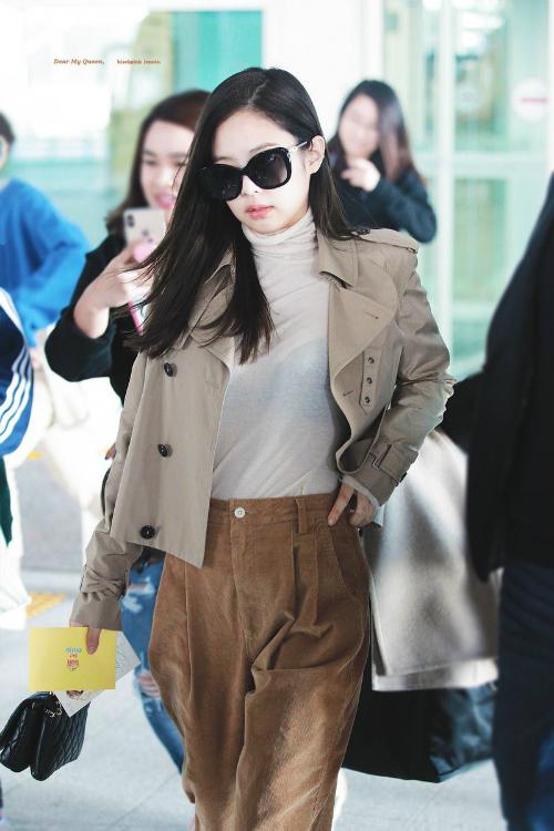 Jennie chọn một set đồ gồm áo cổ lọ, quần nhung và áo khoác ngắn. Với các item có tông màu be ấm áp và cách mix match thông minh, thành viên Black Pink tạo ấn tượng về một diện mạo đơn giản nhưng vẫn sành điệu.