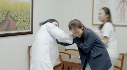 Linh Miu cho biết Khả Ngân đã rất đau khi đóng cảnh bị cô túm tóc.