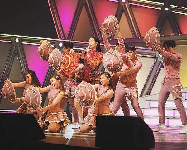 Đông Nhi diện trang phục dân tộc Hmông, đội nón lá diễn cực sung ở Nhật Bản