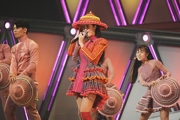 Đông Nhi diện trang phục dân tộc Hmông, đội nón lá diễn cực sung ở Nhật Bản - 1