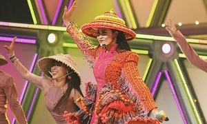 Đông Nhi diện trang phục H'mông, đội nón lá diễn cực sung ở Nhật Bản