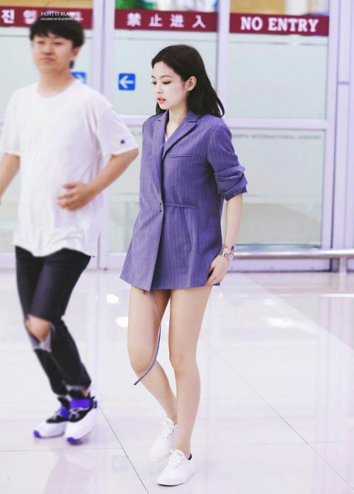 Đôi khi, Jennie phá cách hơn khi kết hợp áo blazer với quần shorts và áo thun bên trong.