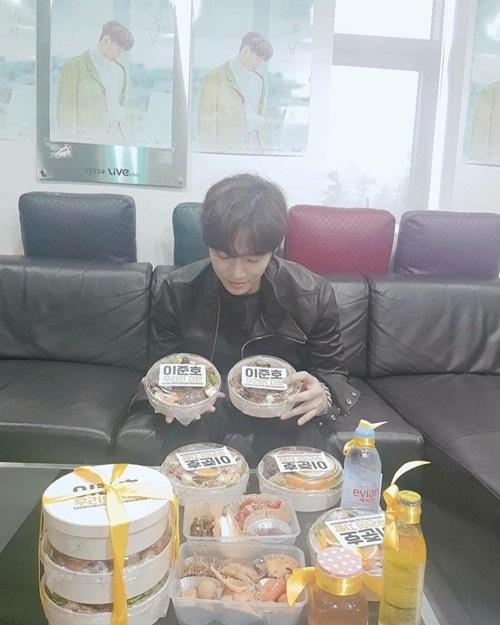 Jun Ho (2PM) chụp ảnh cùng bữa ăn mà fan chuẩn bị. Nam ca sĩ gửi lời cám ơn khi nhận được sự ủng hộ của người hâm mộ.