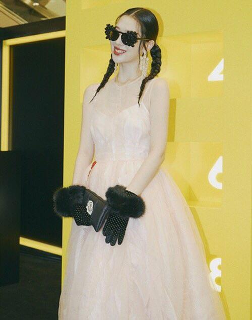 Sulli chứng minh đẳng cấp fashionista với loạt phụ kiện độc lạ.