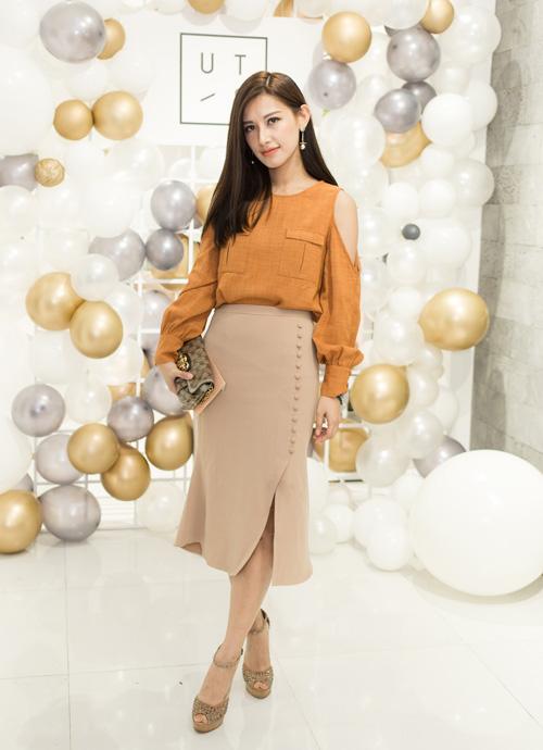 Chân dài Emmy Nguyễn đẹp dịu dàng trong bộ váy dài quá gối.