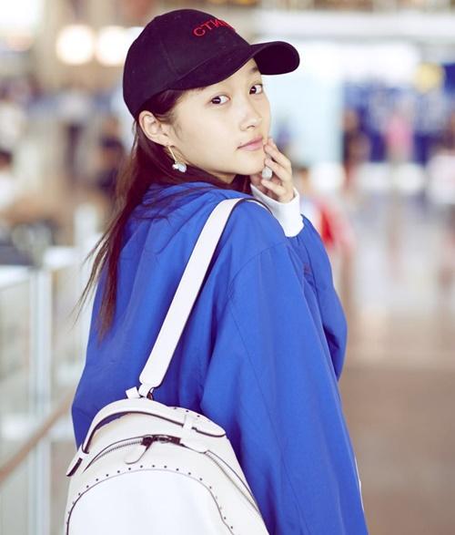 Sinh năm 1997, Quan Hiểu Đồng có thể tự tin ra đường mà không cần makeup vì sở hữu làn da khỏe khoắn, đầy sức sống.