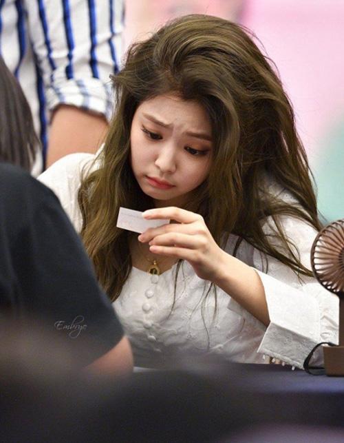 Jennie có ngoại hình hoàn hảo, khó tìm điểm chê trách, đến mái tóc của thành viên Black Pink cũng sở thành đặc điểm nổi bật. Nữ ca sĩ có mái tóc dày dặn, khỏe khoắn.