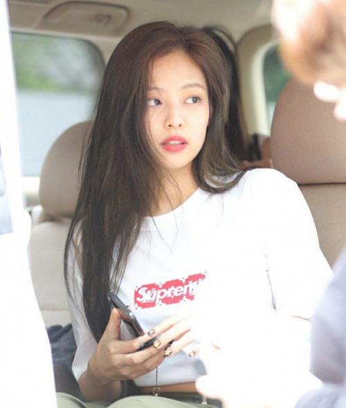 Kiểu tóc ngủ dậy, chưa kịp chải của Jennie vẫn tạo được ấn tượng. Netizen bình luận: Sang trọng và xinh đẹp quá, Mái tóc này là niềm mơ ước với những ngườithưa tóc, chân tóc chết từ gốc rễ như tôi