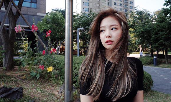 Kiểu tóc dài, xoăn nhẹ, lộ trán hợp với hình tượng sang chảnh, quyến rũ của thành viên Black Pink.