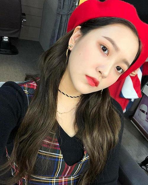 Yeri không cảm xúc trong ảnh selfie mới. Em út của Red Velvet đáng yêu với mũ beret.