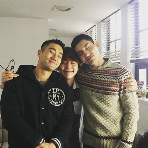 Kyu Hyun, Si Won và Chang Min thể hiện tình anh em thắm thiếtcủa nhà SM.