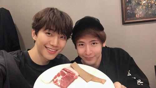 Jun Ho và NichKhun (2PM) để mặt mộc cùng hẹn hò ăn uống.