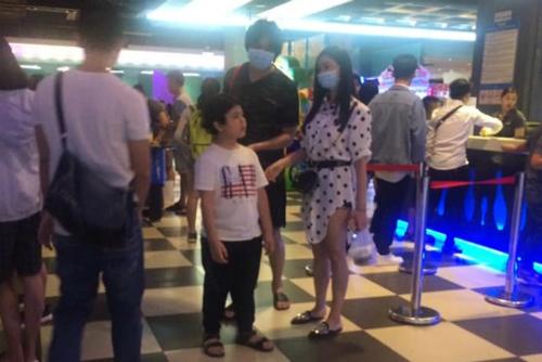 Mặc tin đồn ly hôn, Tim - Trương Quỳnh Anh vẫn cùng con trai đi xem phim.