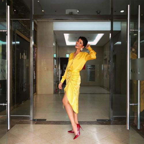 Bộ trang phục làm nổi bật sắc vóc khỏe khoắn, hiện đại của nàng hậu sinh năm 1992. Phụ kiện giày cao gót gam màu đỏ chói lọi và khuyên tai cỡ lớn được Hoa hậu Hoàn vũ Việt Nam mix & match ăn nhập