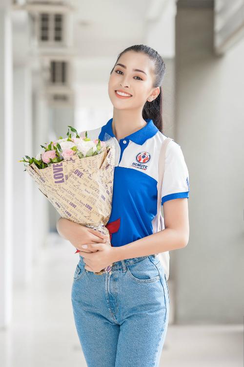Buổi đầu nhập học ĐH Sư phạm Kỹ thuật TPHCM, Hoa hậu Tiểu Vy đã được nhà trường trao tặng học bổng trị giá 600 triệu đồng.