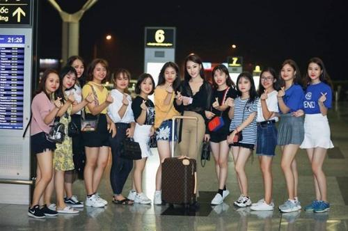 Phương Oanh được fan quấn quýt tại sân bay trước khi sang Hàn Quốc công tác kết hợp du lịch.