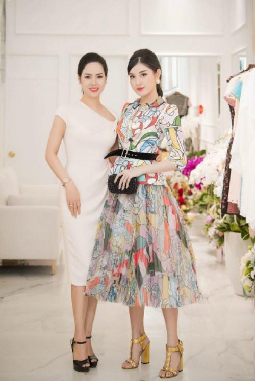 Huyền My trở thành tâm điểm trong một sự kiện thời trang tại Hà Nội với bộ cánh sặc sỡ.