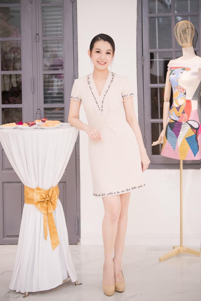 <p> Cuối tuần qua, Hoa hậu Thuỳ Lâm tái xuất trong sự kiện khai trương showroom của NTK Lê Thanh Hoà tại Hà Nội. Đây là lần hiếm hoi người đẹp dự sự kiện giải trí sau khi kết hôn. Lần gần nhất cô xuất hiện trước công chúng là từ năm 2016.</p>