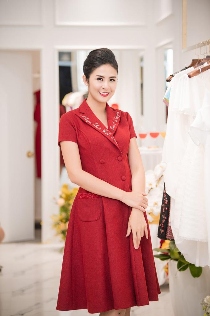 <p> Hoa hậu Ngọc Hân vừa hoàn thành công việc ở TP HCM lập tức bay ra Hà Nội để ủng hộ đàn anh thân thiết.</p>