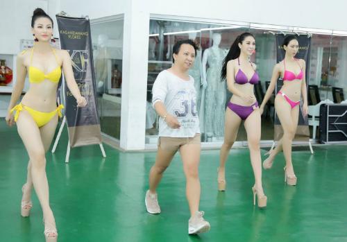 Phương Khánh luyện tập catwalk cùng các người đẹp khác.