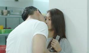 Nụ hôn 'nếm rượu' thần thánh của 'Hậu duệ Mặt trời' Việt Nam khiến khán giả tụt hứng