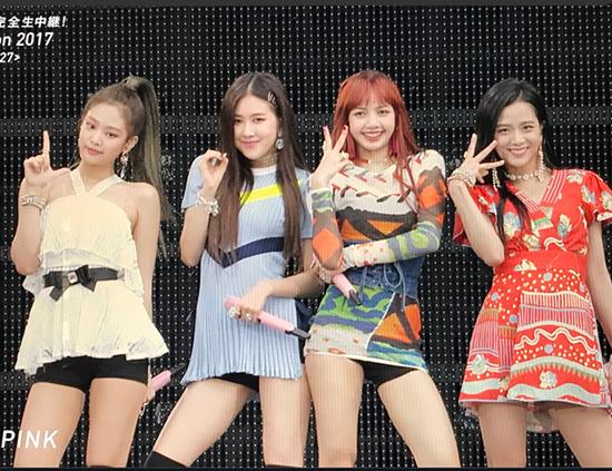 Lisa và Rosé cũng từng chịu cảnh mặc váy quá ngắn, lộ cả quần bảo vệ trong sự kiện ở Nhật Bản. Các fan yêu cầu stylist nên làm việc cẩn thân hơn, tránh cho idol rơi vào tình huống khó xử.