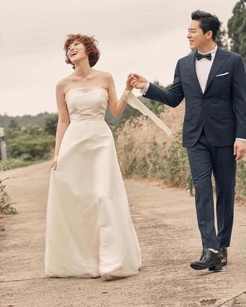 Gummy và Jo Jung Suk đã tổ chức đám cưới sau 5 năm hẹn hò. Cả hai thông báo tin vui đến người hâm mộ và tung bộ ảnh cưới tuyệt đẹp.