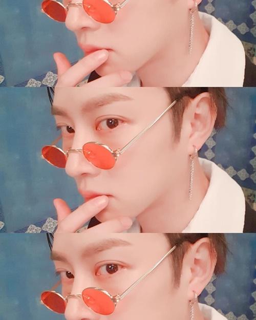 Hee Chul thể hiện vẻ dân chơi với kiểu tóc vuốt ngược bóng bẩy và cặp kính nhỏ sành điệu.