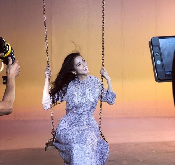 Ji Soo chia sẻ hậu trường chụp ảnh lãng mạn với xích đu và quạt tạo gió.
