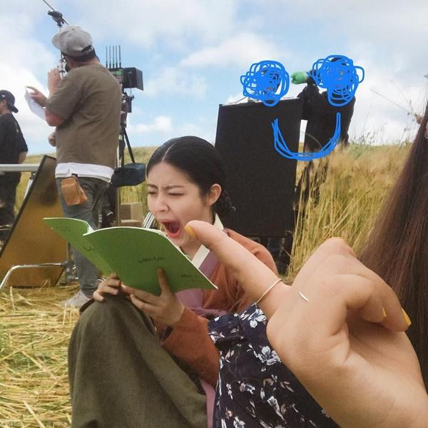 Nam Ji Hyun hồn nhiên ngoác miệng ngáp khi đang đọc kịch bản 100 days my prince.