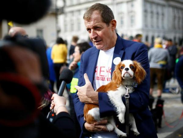 Alastair Campbel, cựu giám đốc truyền thông và chiến lược của cựu Thủ tướng Anh Tony Blair đã bế chú chó cưng trên tay trong lúc trả lời phỏng vấn tại cuộc tuần hành phản đối Brexit.