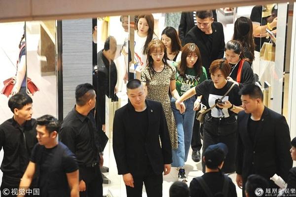 Cách đây ít hôm, Ngô Cẩn Ngôn tham dự sự kiện ở một trung tâm thương mại tại Thượng Hải. Nữ diễn viên xuất hiện trong vòng vây của dàn vệ sĩ, trợ lý, bảo vệ chặt chẽ khi di chuyển giữa đám đông.