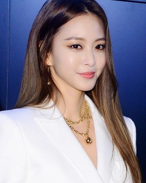 Một số fan cho rằng Han Ye Seul nuôitóc dài tối màu vẫn là đẹp nhất. Trước đây, Han Ye Seul nổi tiếng với phong cách nữ tính, thanh lịch. Kể từ năm 2017, cô bắt đầu thay đổi style, chuyển sang hình tượng cá tính hơn.