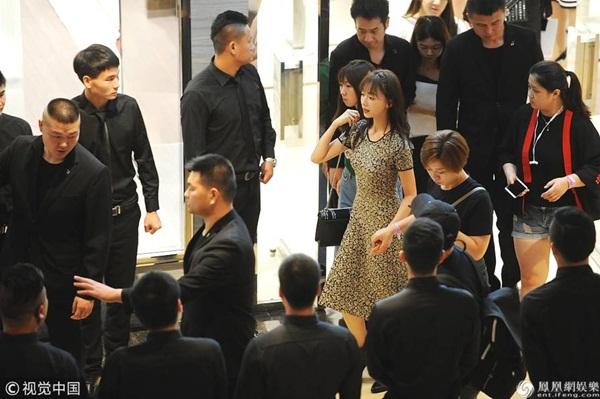 Ngụy Anh Lạc mặc váy liền ôm dáng khoe vòng eo thon nhỏ, mỗi bước đi đều có trợ lý nắm tay đỡ.
