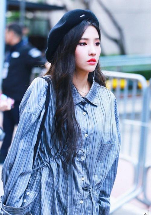 Thành viên (G)I-DLE So Yeon có ngoại hình cá tính. Kiểu mũ cổ điển là item nhấn nhá
