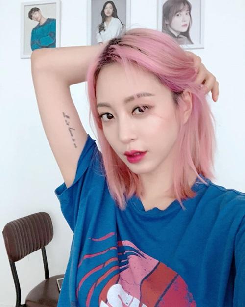Tuy nhiên, sở thích nhuộm tóc màu nổi của Han Ye Seul cũng tạo nên những ý kiến trái chiều.