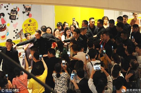Rất đông người hâm mộ dùng điện thoại quay chụp Ngô Cẩn Ngôn. Sau Diên Hy công lược, cô nàng một bước thành sao.