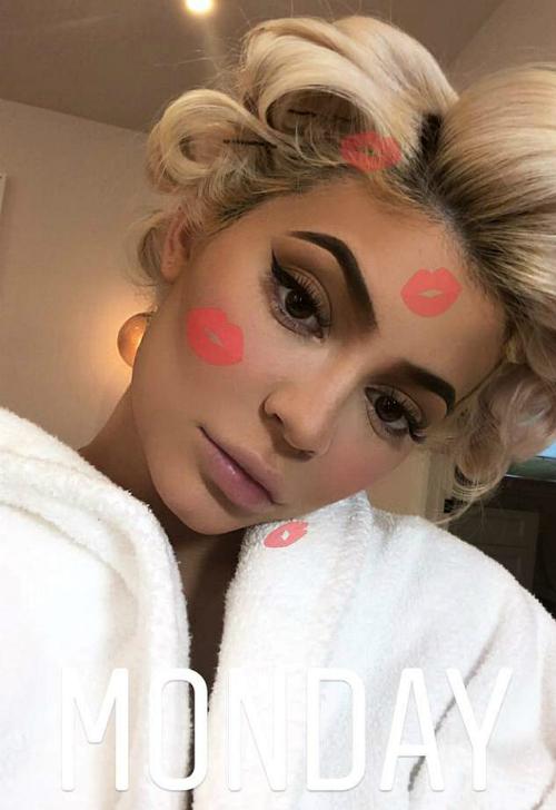 Kylie Jenner gây sốt khi hóa thân thành quả bom sex Marilyn Monroe