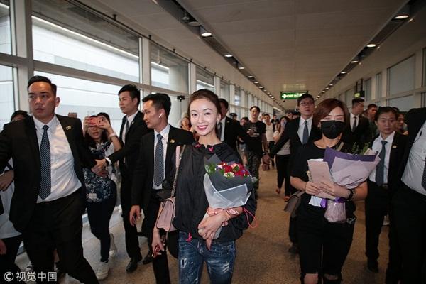 Khi đến Hong Kong tuyên truyền phim hồi cuối tháng 9, Ngô Cẩn Ngôn cũng được dàn vệ sĩ hộ tống ở sân bay. Cô tỏ ra rất thân thiện với fan. Trả lời phỏng vấn về scandal chảnh chọe, nữ diễn viên cảm ơn mọi người đã quan tâm và giúp mình trưởng thành hơn.