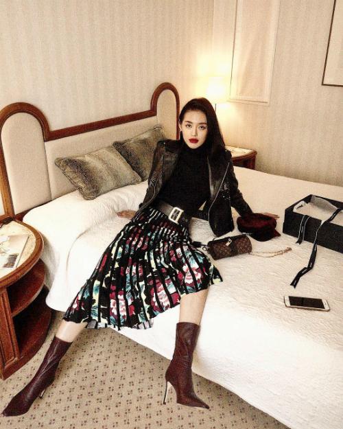 Khánh Linh The Face được mệnh danh là yêu nữ hàng hiệu mới của showbiz. Trên trang cá nhân, cô thường xuyên đăng tải hình ảnh những món đồ hiệu mới sắm. Đây đều là những món đồ sành điệu, bắt trend, được nhiều tín đồ thời trang yêu thích.