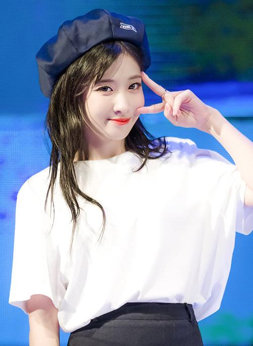 Item thời trang này được sử dụng nhiều trên sân khấu, Jiae tạo sự khác biệt với các thành viên cùng nhóm bằng một chiếc mũ nhỏ xinh.