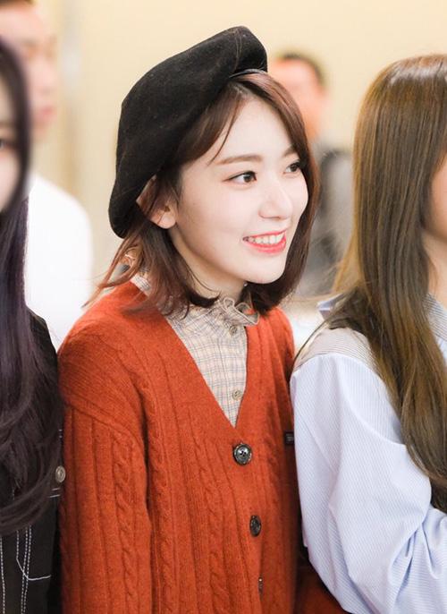Từ khi debut tại Hàn, Sakura có sự lột xác về nhan sắc. Ở sân bay, idol người Nhật đáng yêu hết nấc với kiểu mũ beret đen cổ điển.