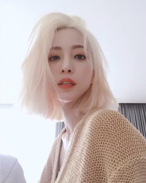 Hồi tháng 6. khi Han Ye Seul lột xác với mái tóc bạch kim, cô cũngđược netizen khen ngợi hết lời bởi chỉ có các idol mới dám nhuộm màu tóc chất chơi này.Thậm chí, người hâm mộ còn cho rằng Han Ye Seul nhuộm màu vàng còn đẹp hơn cả idol.