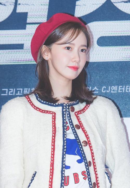 Yoon Ah trở thành tâm điểm chú ý ở sự kiện chiếu phim VIP. Mũ beret đỏ đồng màu với họa tiết trên áo khoác, tạo nét hài hòa trên tổng thể bộ trang phục.
