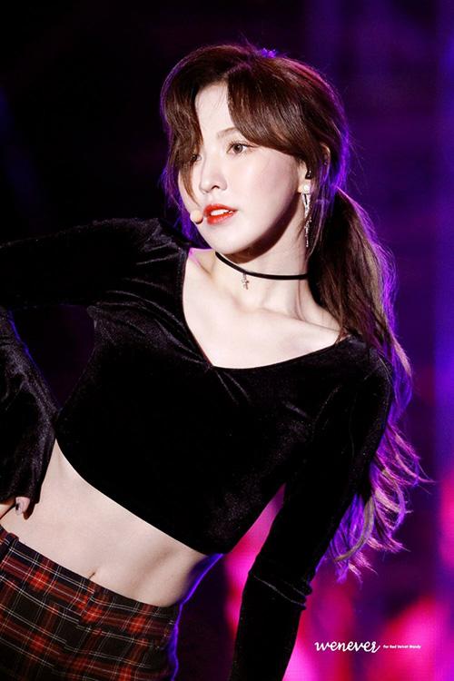 Tông trang giảm nhẹ nhàng, tóc mái xoăn nhẹ lộ trán hoàn toàn hợp với khuôn mặt của Wendy. Fan dành nhiều lời khen ngợi cho stylist của Red Velvet vì đã tiến bộ trong việc tạo hình cho nữ ca sĩ.