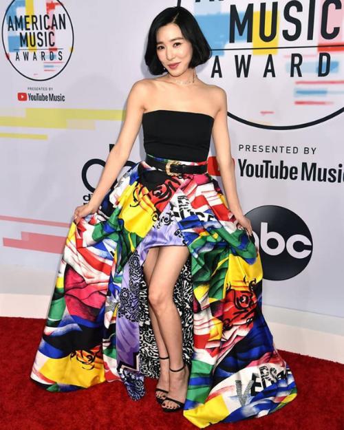Xuất hiện tại Lễ trao giải American Music Awards 2018 tối 9/10 (theo giờ địa phương), Tiffany chiếm spotlight AMAs năm nay khi so kè nhan sắc với loạt ngôi sao đình đám quốc tế như Tayllor Swift, Jennifer Lopez, Rita Ora, Camila Cabello...