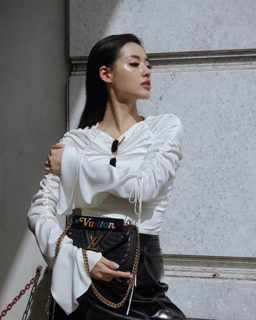 Mẫu túi New Wave Chain với giá 47 triệu đồng là mẫu túi thịnh hành, được nhiều sao Việt yêu thích.