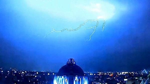 Sấm sét xuất hiện vào thời điểm UFO biến mất