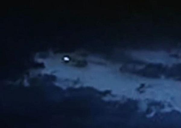 Quả cầu trắng kì lạ xuất hiện trên bầu trời thành phố Mexico