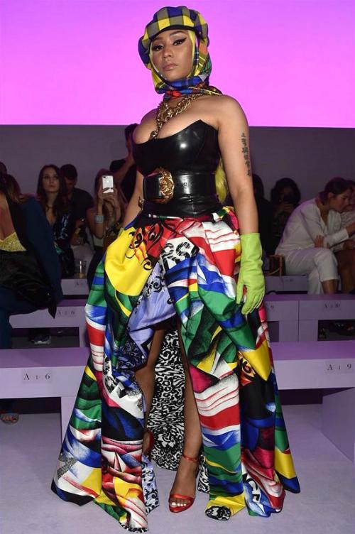 Đụng váy hàng hiệu, trong khi Tiffany trông lịch thiệp, ý nhị thì Nicki Minaj trông xôi thịt hơn hẳn. Cô phối hợp chiếc váy rực rỡ cùng nhiều phụ kiện: áo corset ôm sát, vòng cổ cỡ lớn và khăn choàng đầu. Cách phối đồ của Nicki bị nhiều fans đánh giá rối mắt, nhiễu loạn tổng thể.
